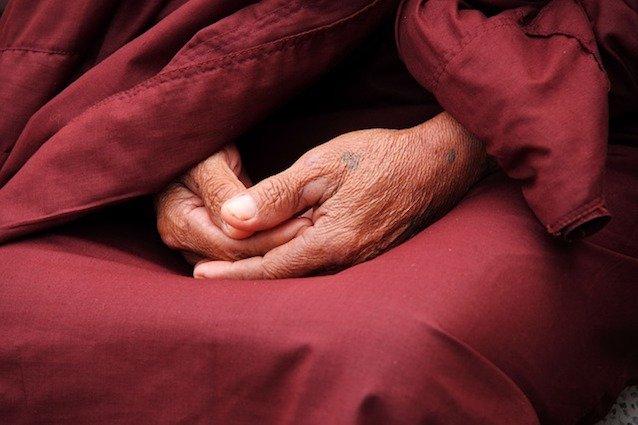 Meditation lernen - Hände eines Mönchs