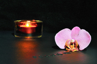 Richtig atmen will gelernt sein. Bewusste Atmung zur Energie-Anreicherung. Atmosphäre durch Kerze mit Orchidee, www.clearlens-images.de / pixelio.de