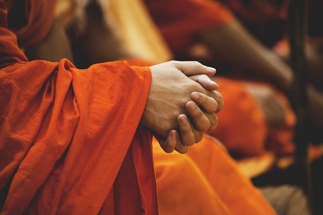 Hände eines meditierenden buddhistischen Mönchs